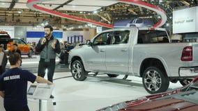 Торонто, Канада, 20-ое февраля 2018: Человек говорит микрофон о новом RAM SUV На большой международной выставке  акции видеоматериалы