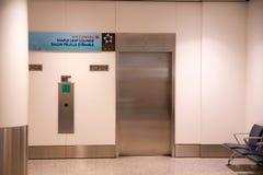 ТОРОНТО, КАНАДА - 21-ое января 2017: интерьер авиапорта, салон кленового листа Air Canada на лифте авиапорта YYZ Стоковая Фотография