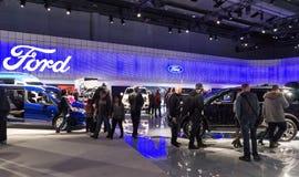 Торонто, Канада - 2018-02-19: Посетители 2018 канадское международное AutoShow на экспозиции компании компании Форд Мотор Стоковая Фотография