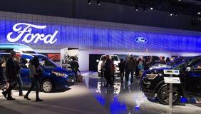 Торонто, Канада - 2018-02-19: Посетители 2018 канадское международное AutoShow на экспозиции компании компании Форд Мотор Стоковые Фото