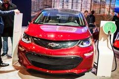 Торонто, Канада - 2018-02-19: Посетители 2018 канадское международное AutoShow около автомобиля болта EV Шевроле электрического Стоковое Изображение RF