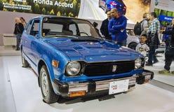Торонто, Канада - 2018-02-19: Посетители 2018 канадское международное AutoShow смотря первое поколение Honda Стоковая Фотография