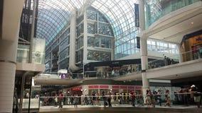 Торонто, Канада - 10-ое августа 2016: Неопознанные покупатели в Стоковое Изображение