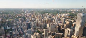 ТОРОНТО - 12-ОЕ ИЮЛЯ 2008: Здания города на летний день toronto Стоковые Фото