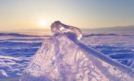 Торошения льда на озере Байкал Прозрачные голубые ледяные поля на заходе солнца зима времени снежка цветка Стоковое Фото