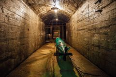 Торпедо подводной лодки в складе боеприпасов военного корабля старого Совета подземном Стоковые Изображения
