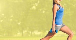Торс женщины делая фитнес в парке Стоковое фото RF