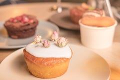 Торты и печенья в плитах Стоковое Изображение RF