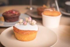 Торты и печенья в плитах Стоковое фото RF