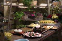 Торты и печенья праздника на таблице стоковые изображения rf