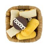 Торты и donuts высококалорийной вредной пищи в корзине Стоковые Фотографии RF