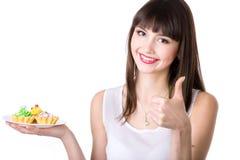 Торты молодой женщины рекомендуя Стоковые Изображения RF