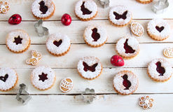 Торты пасхи, красные яичка и печенья Стоковые Изображения