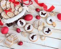 Торты пасхи, красные яичка и печенья Стоковое Изображение RF
