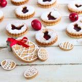 Торты пасхи, красные яичка и печенья Стоковое Изображение