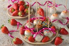 Торты праздника украшенные с белым шоколадом Стоковые Фотографии RF