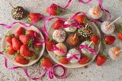 Торты праздника украшенные с белым шоколадом Стоковое фото RF