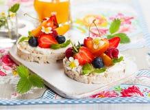 Торты риса с ягодами стоковое фото rf
