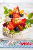 Торты риса с ягодами стоковые фото
