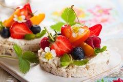 Торты риса с ягодами стоковая фотография