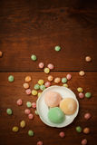 Торты риса Mochi в белой плите с красочной конфетой плодоовощ падают Стоковое фото RF