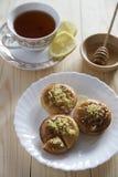 Торты, чай и мед лимона Стоковые Изображения RF