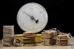 Торты Samoyed связанные в пачках и масштабе кухни Печенья на wo стоковые фотографии rf