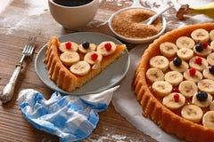 Торт банана на таблице Стоковое Фото