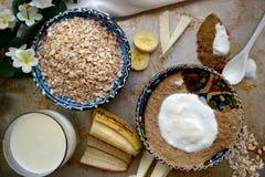 Торт банана овсяной каши в турецкой чашке с cream соусом Стоковая Фотография