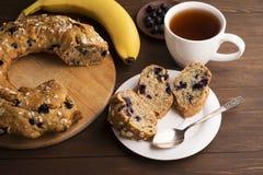 Торт банана с голубиками и хлопьями Стоковые Изображения