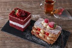 Торт бархата сладостного куска десерта feuille Mille красный с белый замораживать гарнирован с клубниками Стоковое Фото