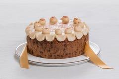 Торт британцев пасхи торта Simnel традиционный, с отбензиниванием марципана и традиционными 12 шариками марципана Стоковое фото RF