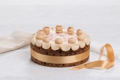 Торт британцев пасхи торта Simnel традиционный, с отбензиниванием марципана и традиционными 12 шариками марципана Стоковая Фотография RF