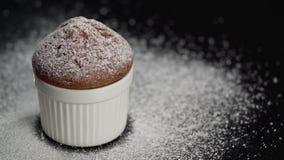 Торт булочки с белизной напудрил сахар на темной предпосылке Сползите справедливо акции видеоматериалы