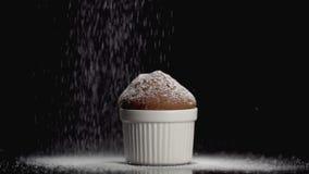 Торт булочки с напудренным сахаром на темной предпосылке с copyspace движение медленное акции видеоматериалы