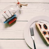 торт вишн-шоколада кладет на белую плиту на белой предпосылке Стоковая Фотография