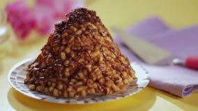 Торт воронки на таблице место Концепция очень вкусной еды сток-видео