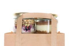 Торт в опарнике и бумажной сумке Стоковые Фотографии RF