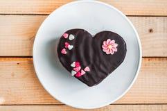 Торт влюбленности на плите Стоковые Изображения