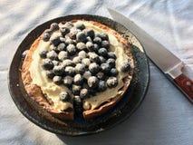 Торт голубики с ножом стоковые фотографии rf