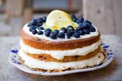 Торт голубики лимона нагой с голубиками на верхней части и mascarpone умаслят замораживать стоковое изображение rf
