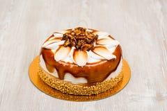Торт грецкого ореха на таблице Стоковые Фотографии RF