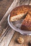 Торт грецкого ореха на cakestand, очень вкусном десерте Стоковые Изображения RF