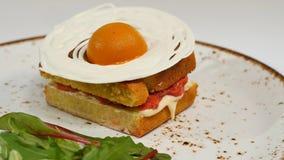 Торт губки Виктории с straberries, варенье и взбитая сливк с отрезком вне соединяют на белой предпосылке Стоковые Фото