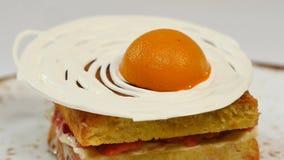 Торт губки Виктории с straberries, варенье и взбитая сливк с отрезком вне соединяют на белой предпосылке Стоковые Изображения