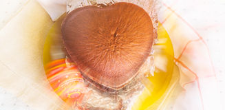 Торт губки в форме сердца и пасхального яйца сувенира с лучами влияния и сверкнать нерезкости, знаменем Стоковое фото RF