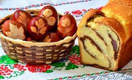 Торт губки и пасхальные яйца Стоковые Фотографии RF