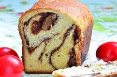 Торт губки и пасхальные яйца Стоковое Изображение
