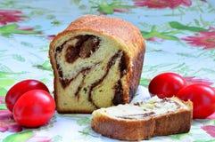 Торт губки и пасхальные яйца Стоковое фото RF