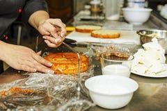 Торт губки, кондитер, пекарня, печенья, печенье, печень-повар, человек, передник, подготавливает, подготавливающ стоковые изображения rf